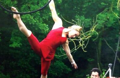 acrobatische luchtvoorstelling met hoepel