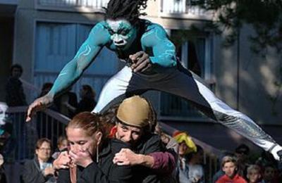 spectacle fixe avec artifices et techniques de cirque