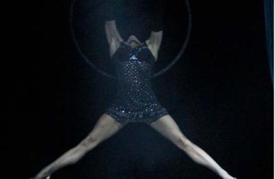 acrobatisch hoepel act als opening of finale