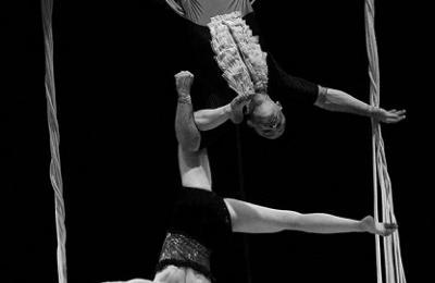 acrobatiek met zijden stof