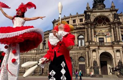 begeleiders circus parade